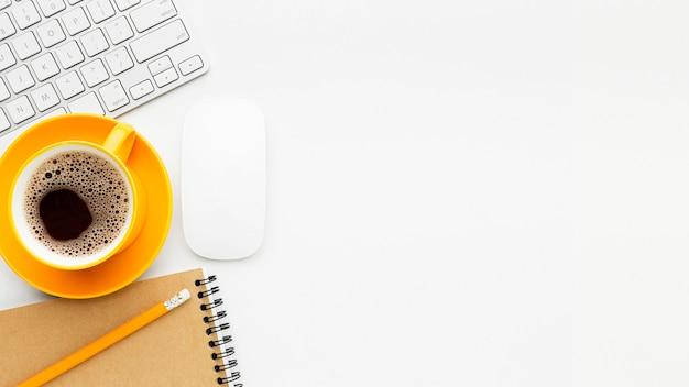Plat frame met koffie en toetsenbord Premium Foto