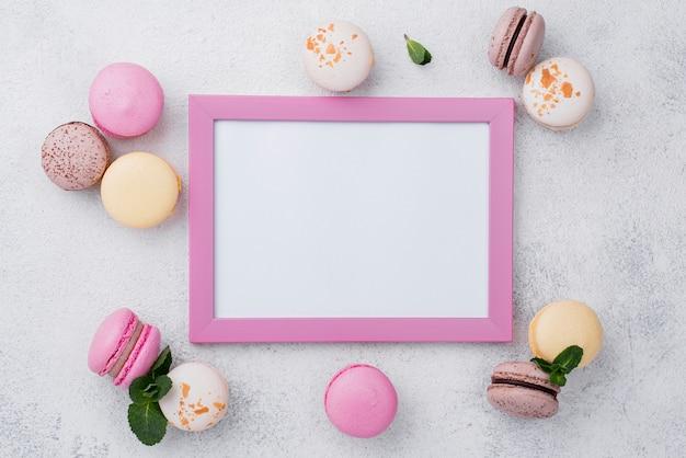 Plat frame met macarons en mint Gratis Foto