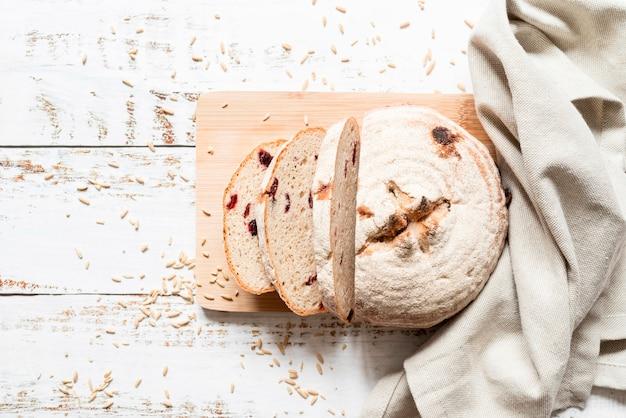 Plat gesneden brood op snijplank Premium Foto