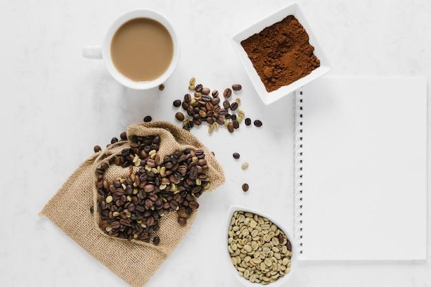Plat koffie zetten met laptopmodel Gratis Foto