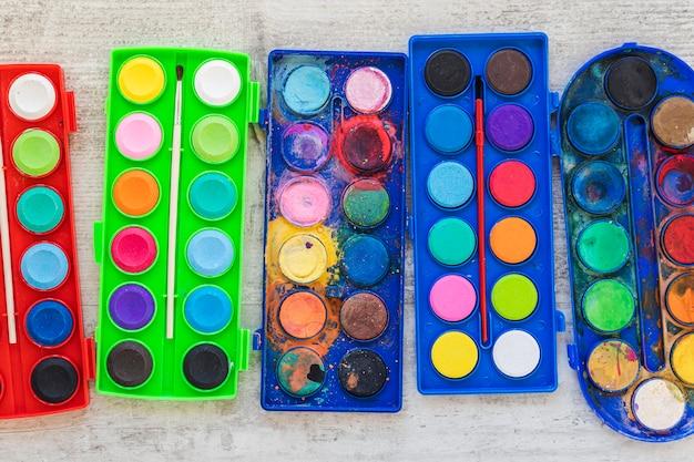 Plat lag aquarelverf in gekleurde containers Gratis Foto