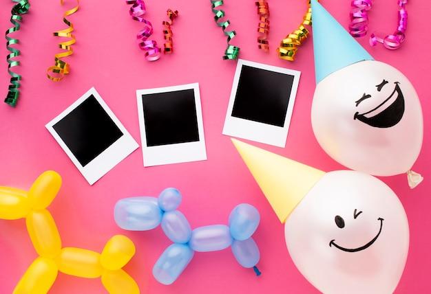 Plat lag arrangement met ballonnen en confetti Gratis Foto