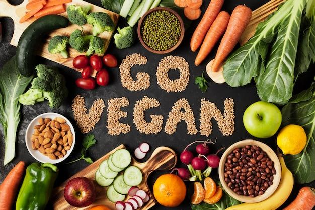 Plat lag arrangement met groenten en fruit Gratis Foto