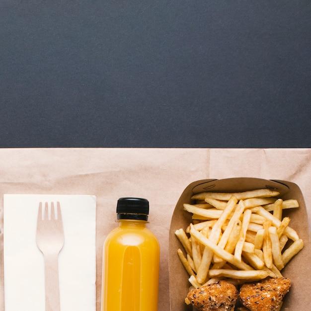 Plat lag arrangement met voedsel en water Gratis Foto