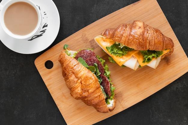 Plat lag arrangement van heerlijke broodjes op een houten bord Gratis Foto
