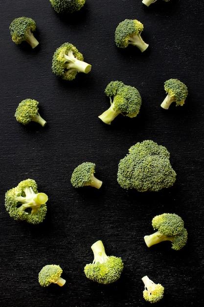 Plat lag arrangement van heerlijke verse broccoli Gratis Foto