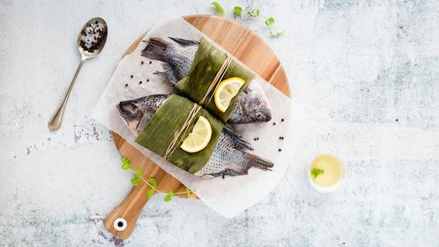 Plat lag assortiment met heerlijke vis en stucwerk achtergrond Gratis Foto