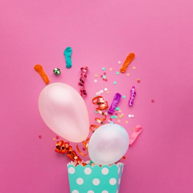 Plat lag assortiment met met witte ballonnen en confetti Gratis Foto