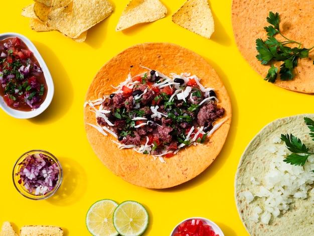 Plat lag assortiment met traditioneel mexicaans eten Gratis Foto