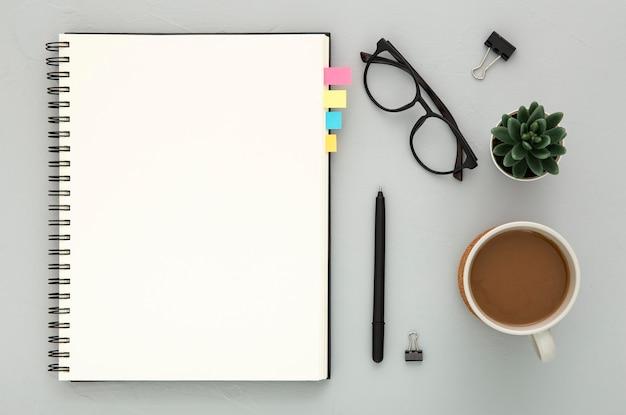 Plat lag assortiment van bureau-elementen op een grijze achtergrond Gratis Foto
