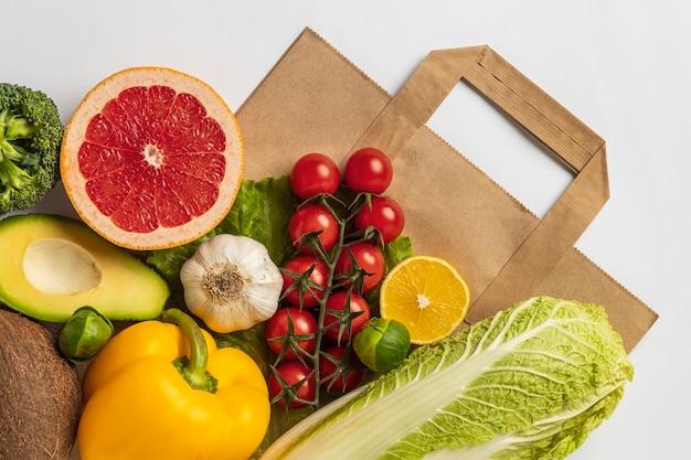 Plat lag assortiment van groenten met papieren zak Gratis Foto