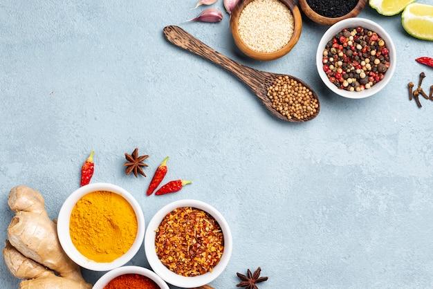 Plat lag aziatische voedselingrediënten met blauwe achtergrond Gratis Foto
