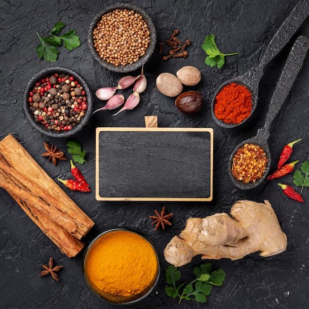 Plat lag aziatische voedselingrediënten mix met leeg bord Gratis Foto