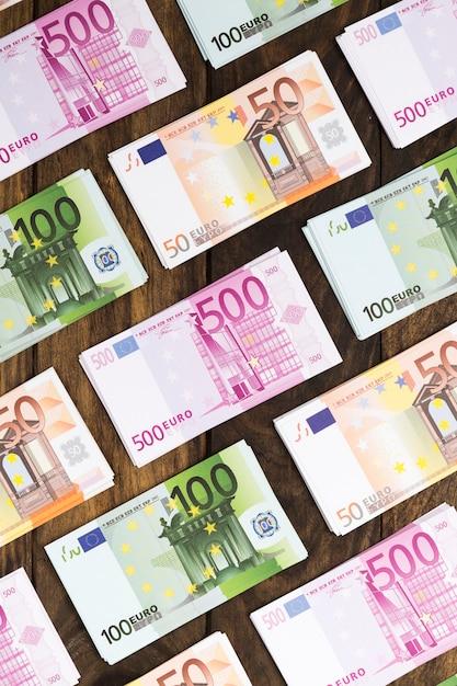 Plat lag bankbiljetten gerangschikt op houten tafel Gratis Foto