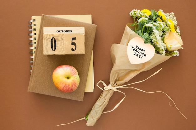 Plat lag bloemen en notebook arrangement Premium Foto