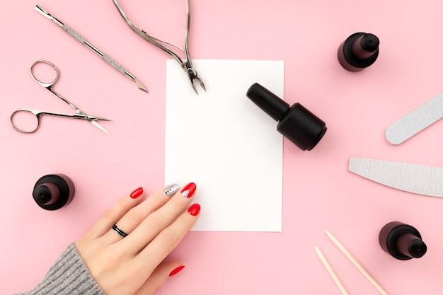 Plat lag bovenaanzicht apparatuur voor manicure en lege notitie Premium Foto
