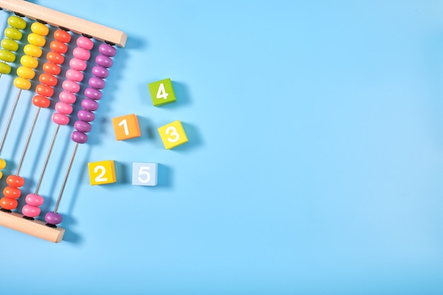 Plat lag bovenaanzicht van felgekleurde houten bakstenen en telraam speelgoed Premium Foto