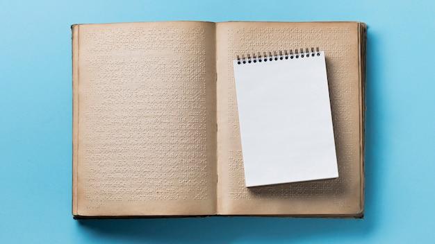 Plat lag brailleboek op blauwe achtergrond Gratis Foto