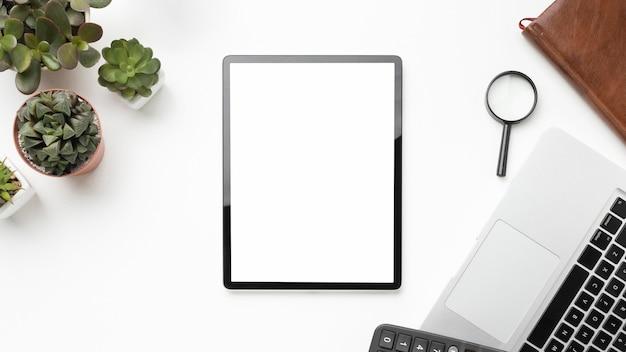 Plat lag bureau-elementen arrangement met lege schermtablet Gratis Foto