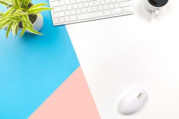 Plat lag bureau tafel van moderne werkplek met laptop op blauw roze en witte tafel, Premium Foto