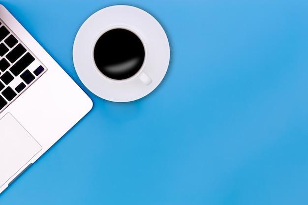 Plat lag bureau tafel van moderne werkplek met laptop op blauwe tafel, Premium Foto
