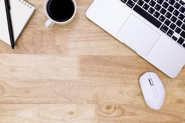 Plat lag bureau tafel van moderne werkplek met laptop op houten tafel, laptop achtergrond Premium Foto