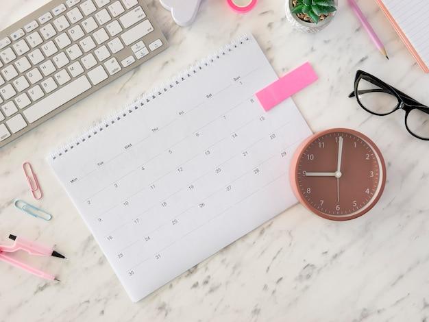 Plat lag bureaukalender en klok Gratis Foto