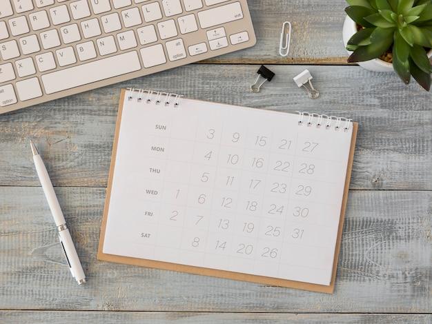 Plat lag bureaukalender en toetsenbord Premium Foto