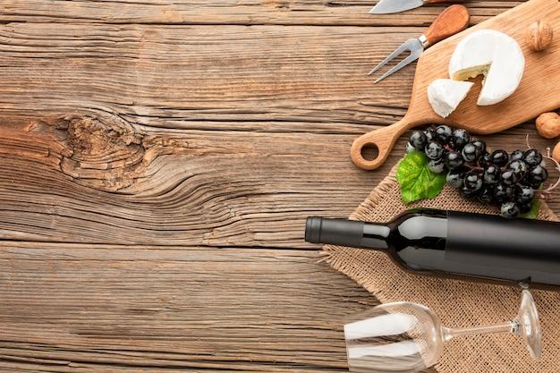 Plat lag camembert op houten snijplank druiven en walnoten met kopie ruimte Gratis Foto