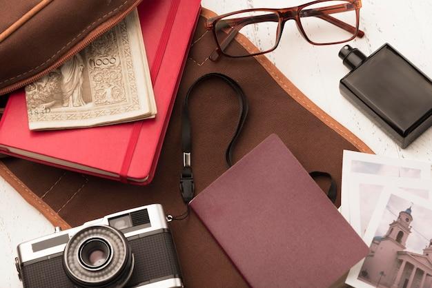 Plat lag camera en boekarrangement Gratis Foto