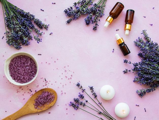 Plat lag compositie met lavendel bloemen en natuurlijke cosmetica Premium Foto
