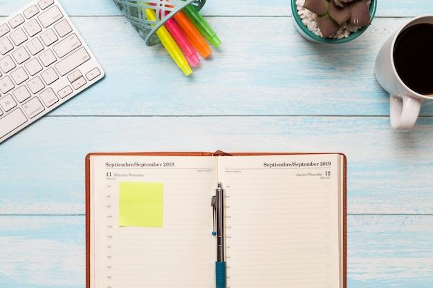 Plat lag dagboek op het bureau Gratis Foto