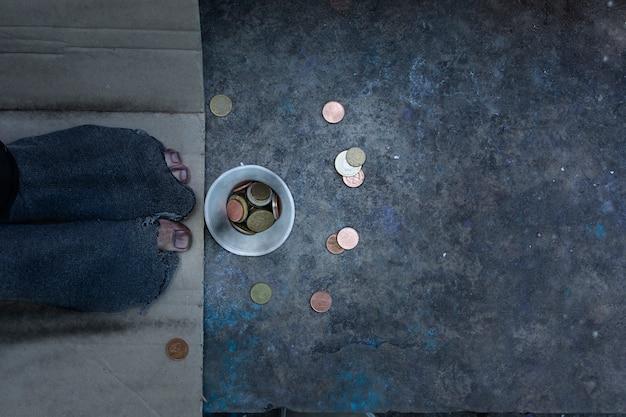 Plat lag dakloze met gaten in zijn sokken Premium Foto