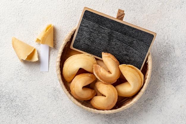Plat lag fortune cookies in kom met leeg bord Gratis Foto