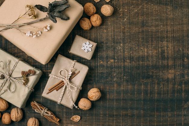 Plat lag frame met geschenken, noten en kopie-ruimte Gratis Foto