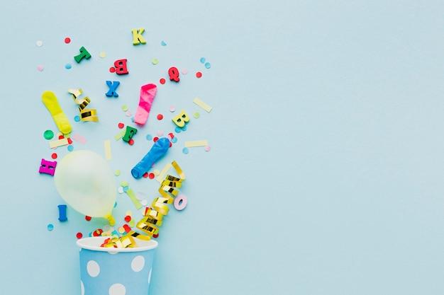Plat lag frame met kop en confetti Gratis Foto