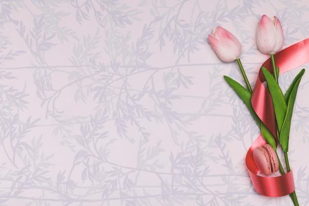 Plat lag frame met tulpen en macarons Gratis Foto