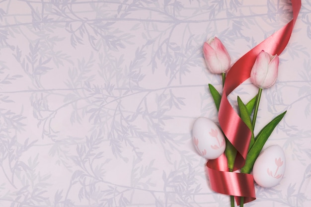 Plat lag frame met tulpen en rood lint Gratis Foto