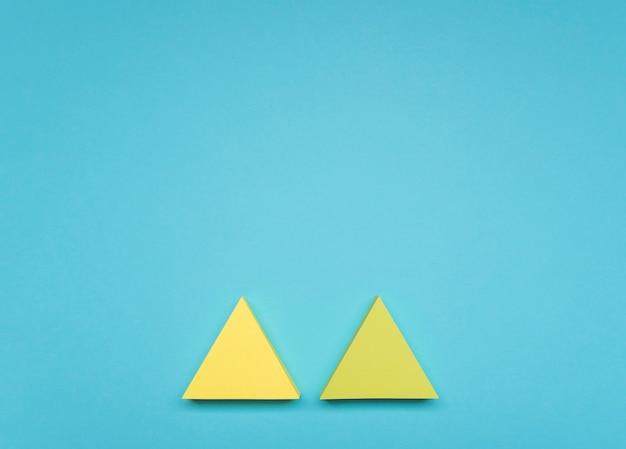 Plat lag gele pijlen met kopie-ruimte Gratis Foto