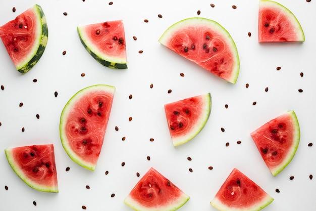 Plat lag gesneden watermeloen op witte achtergrond Gratis Foto