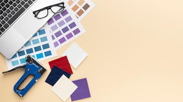 Plat lag grafisch ontwerper bureausamenstelling met kopie ruimte Premium Foto