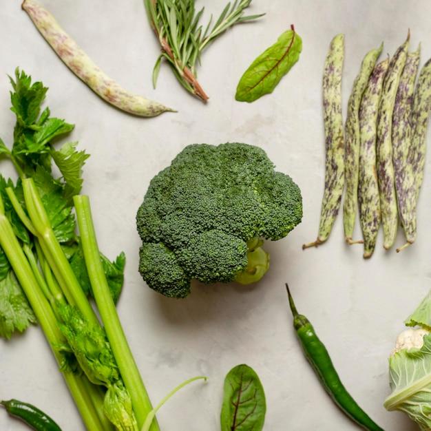 Plat lag groene groenten regeling Premium Foto