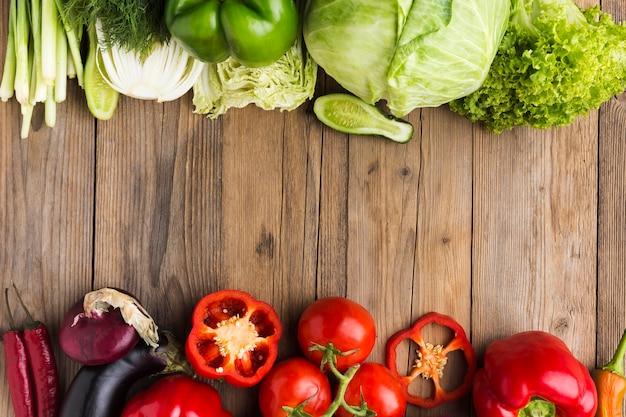 Plat lag groenten assortiment op houten achtergrond Gratis Foto