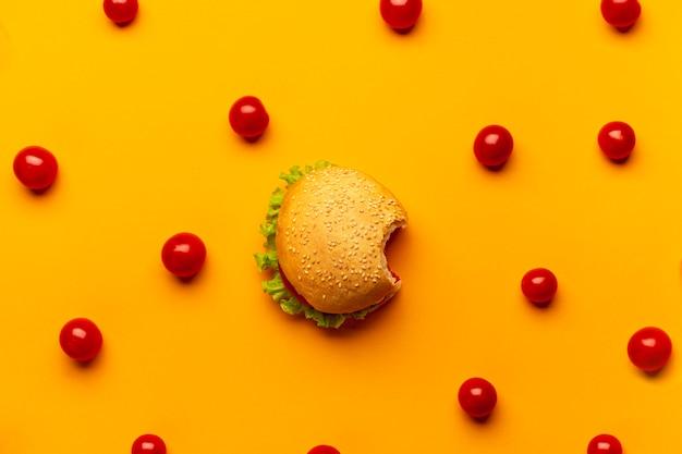 Plat lag hamburger met cherrytomaatjes Gratis Foto