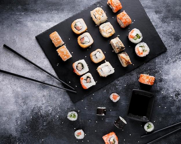 Plat lag heerlijke sushi en saus Gratis Foto