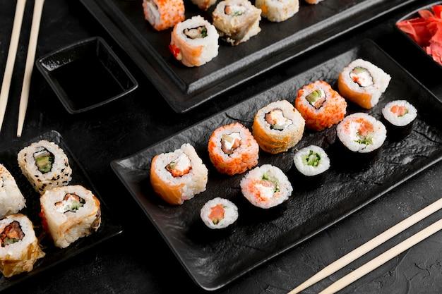 Plat lag heerlijke sushi met saus Gratis Foto