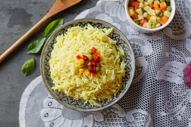 Plat lag indiase rijstgerecht Gratis Foto