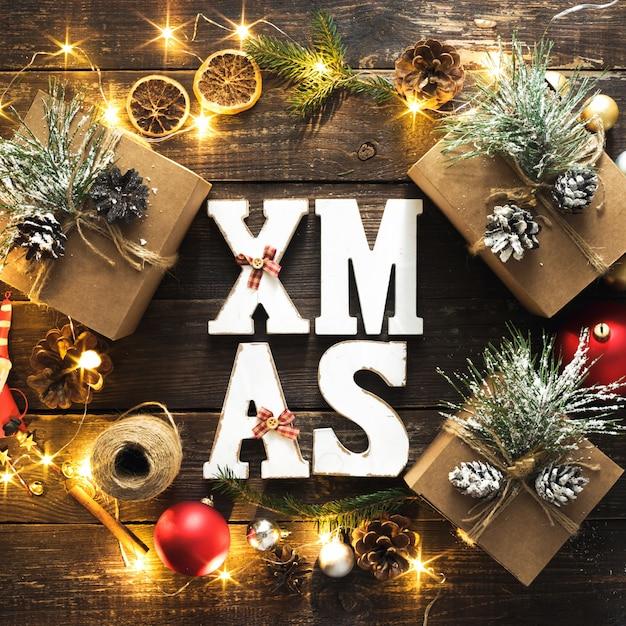 Plat lag kerstmis word xmas krans decoratie lichten houten bovenaanzicht Premium Foto