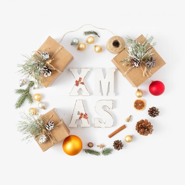 Plat lag kerstmis word xmas krans kerstdecoratie bovenaanzicht Premium Foto