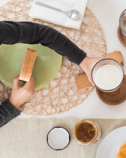 Plat lag kind aan het ontbijt Gratis Foto